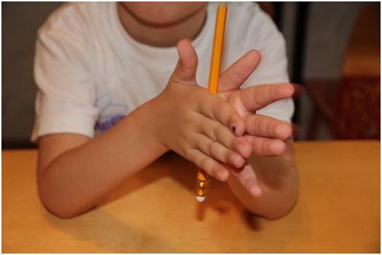 Перекатывание карандаша или ручки в ладонях